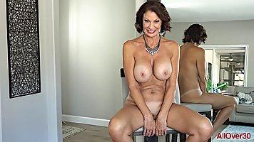 Зрелая дамочка разделась до гола и показала стриптиз перед видео камерой
