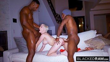 Два негра с большими болтами дарят блондинке двойное проникновение