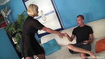 Рыжая мамочка в чулках раздвигает ноги для твердого члена своего пасынка