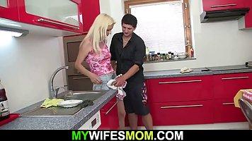 Зять на кухне распаковал вагину зрелой тещи большим красивым фаллосом