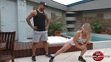 Тренер у бассейна получает горловой минет от блондинки и сливает в нее сперму