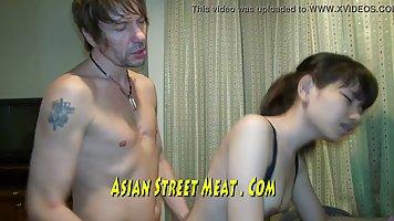 Мужик поставил азиатку дома рачком и долго ебал большим членом в узкую щель