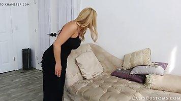 Мамочка блондинка раздевается до гола и показывает большие дойки