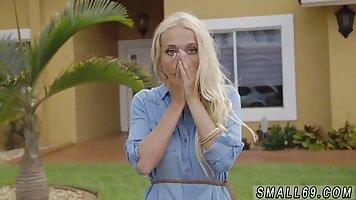 Блондинка отсосала соседу член и приняла в ротик много спермы