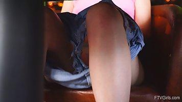 Блондинка в розовом топике снимается на камеру от первого лица