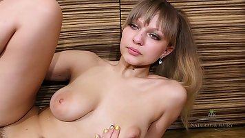 Волосатая киска девушки получает во время соло мастурбации нежные прикосновения ...