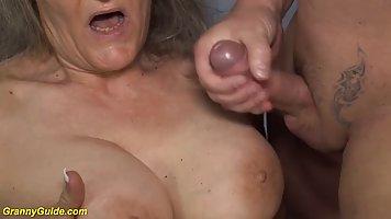Зрелая женщина сделала мужику минет и насаживается киской на его член