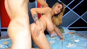 Боксер снял на вебкамеру, как натягивает блондинку с крупными сисями на стояк