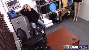 Охранник поймал воровку-блондинку и отымел ее раком в комнате для досмотра