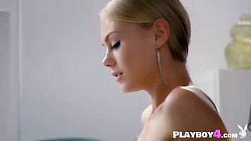 Гламурная блондинка надела чулки и села на край стола, приказав парню делать кун...