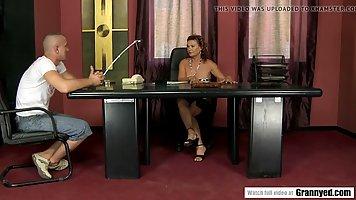 Мужик натягивает в кабинете зрелую начальницу в лохматую дырочку между ног