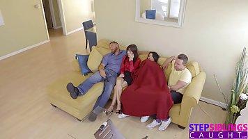 Латиночка трахнула мужа лучшей подруги глубокой нежной щелкой на диване