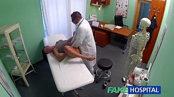 В больнице доктор сделал пациентке массаж и трахнул ее в попку