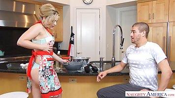 Мамочка в нижнем белье и в фартуке соблазняет мужа на кухне и отдается ему на ст...