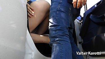 Мужик в машине в парке грубо вскрывает анал брюнетки здоровенным членом