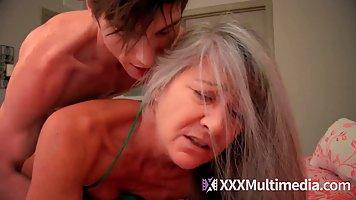 Пацан снимает бордовые трусы и долго имеет в кровати староватую женщину
