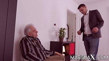 Жопастая брюнетка в чулках изменяет старому мужу с привлекательным мужчиной