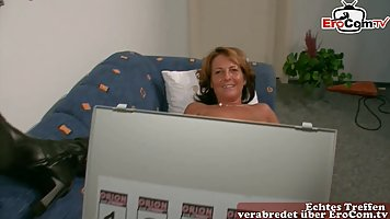 Old MILF toys herself deeply and cums high