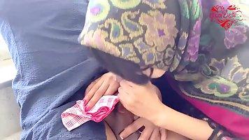 Арабка дома делает горловой минет чужому мужу и наслаждается спермой на язычке