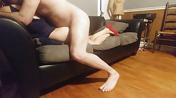 Домашняя ебля на диване приносит молодой девушке в красных туфлях оргазм