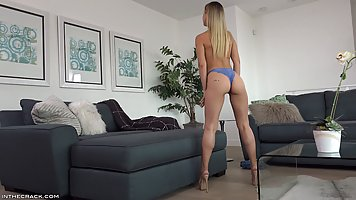 Блондинка снимает джинсовые шортики и мутит на сером диване красивое соло