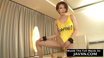 Азиатская девушка снимает желтый купальник и долбится в пизду с агентом