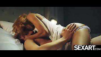 Блондинка наслаждается хардкорными скачками на члене копа перед сном