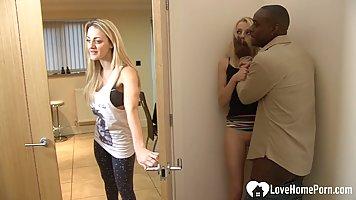 Негр изменяет жене с белой стройной девушкой и долбит раком около дверей