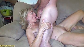 Зрелая парочка на диване наслаждается грубым вагинальным сексом во всех позах