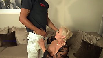 Mature gets a beautiful cunnilingus from a cute black man and cums sweetly