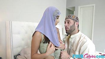 Стеснительная арабка с большими сиськами и жопой трахается с мужиком