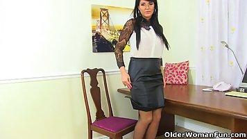 Брюнетка-начальника с крупными дойками хочет помастурбировать на работе писю