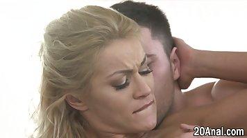 Блондинка после нежных поцелуев подставляет свою тугую попку для глубокого анала