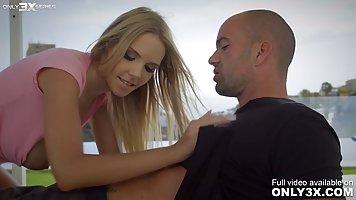 Блондинка после знакомства с парнем согласилась заняться аналом на свежем воздух...
