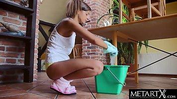 Девушка после уборки в доме раздвигает ноги для соло мастурбации прямо на полу
