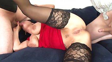 Мамочка брюнетка с большими дойками подставляет свою тугую попку для анала и дво...