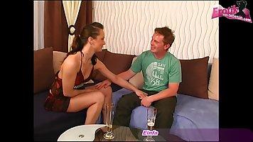 Молодая девушка и ее парень прямо на диване снимают домашнее порно с финалом
