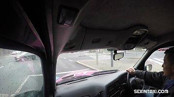 Брюнетка в машине такси делает минет и раздвигает ноги для секса на заднем сиден...