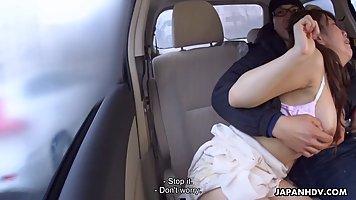 Азиатка в машине познала жесткий минет и принимает сперму от трахаря