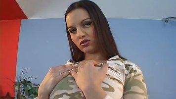 Брюнетка с большими дойками отодвинула трусики для соло мастурбации на видео кам...