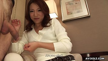 Азиатка перед камерой готова сделать минет и принять в ротик сперму