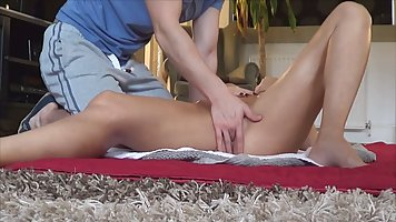 Мамочка блондинка с большими дойками после массажа подставляет дырочку для секса