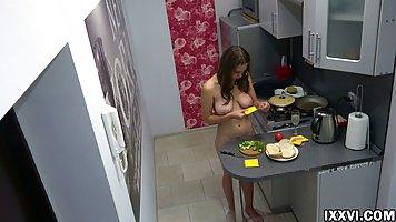 Брюнетка на кухне даже не знает, что ее большие дойки скоро увидит весь интернет