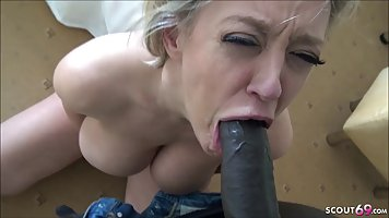 Блондинка в возрасте трахается в отеле с чернокожим любовником